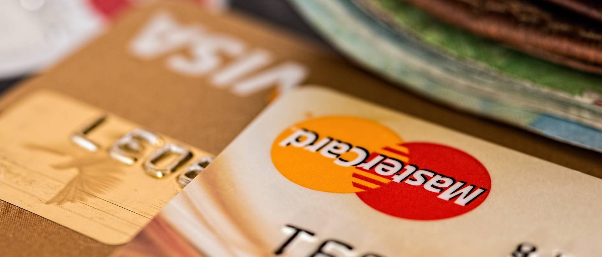 plusieurs cartes bancaires superposées
