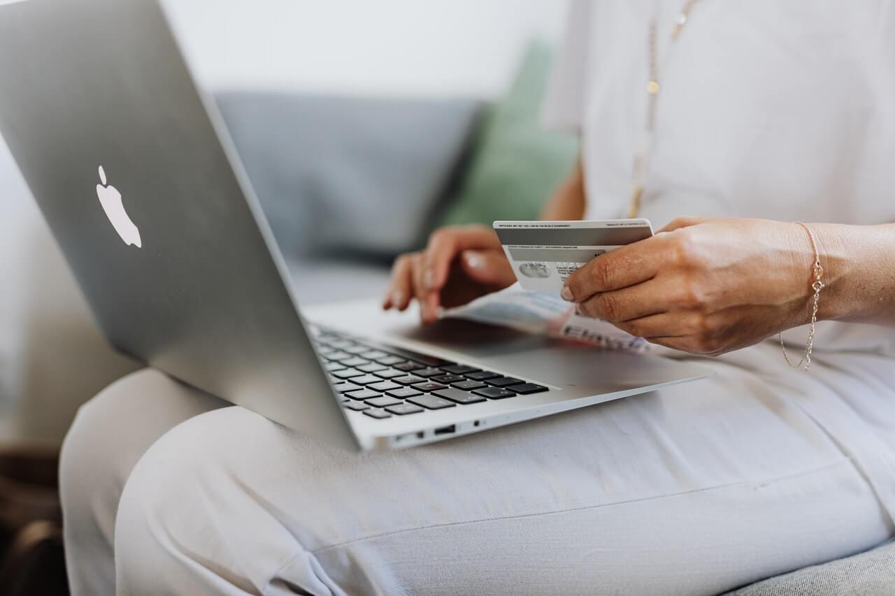 femme utilisant une carte de crédit