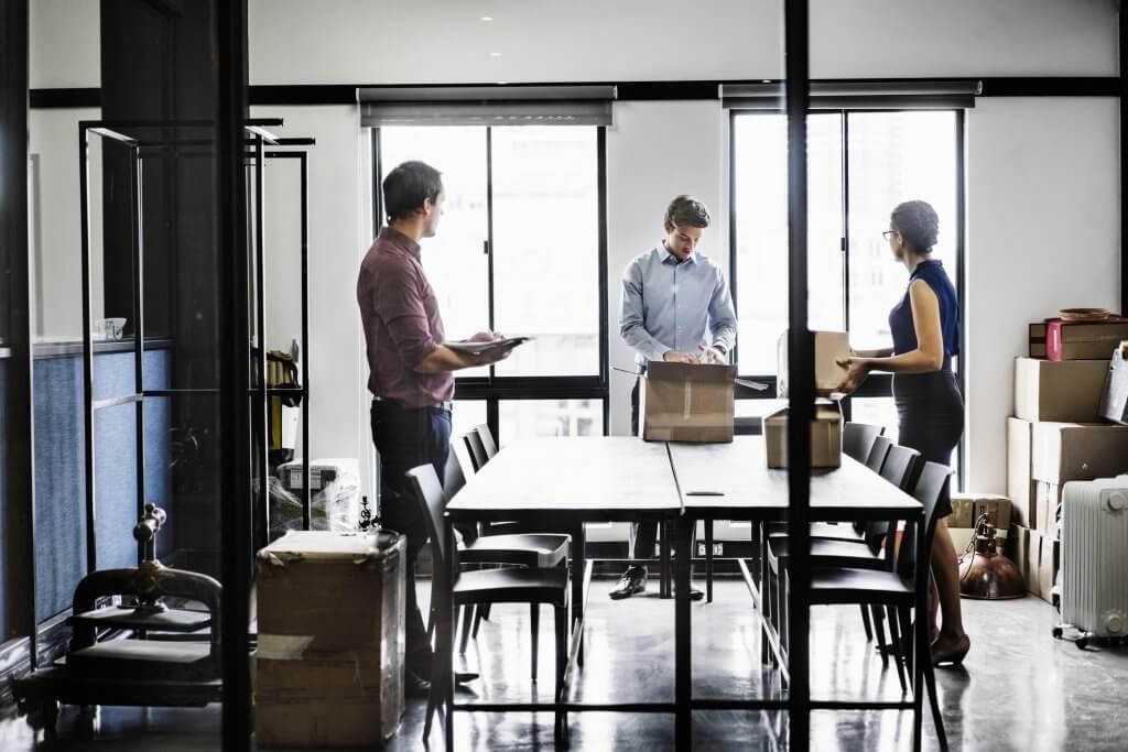 Salariés réalisant les cartons de déménagement de leur entreprise