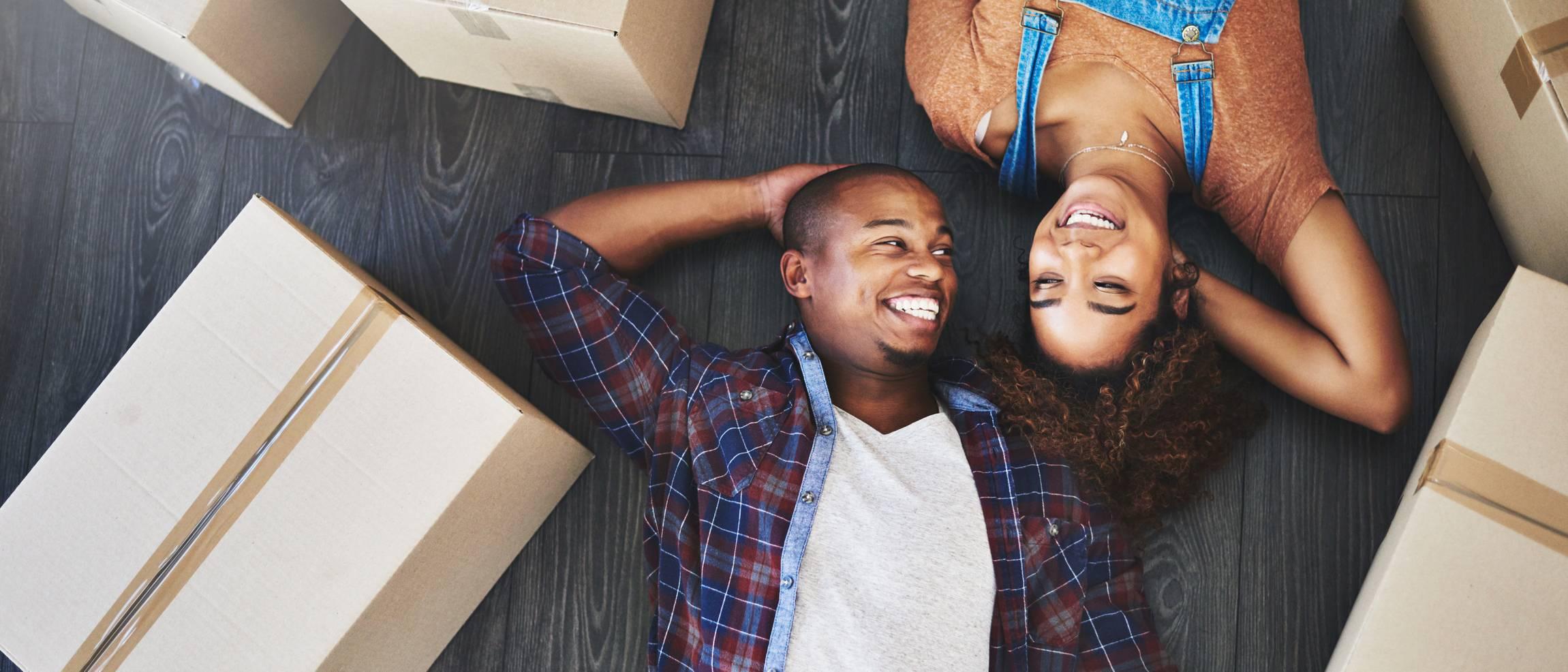 Couple heureux de déménager
