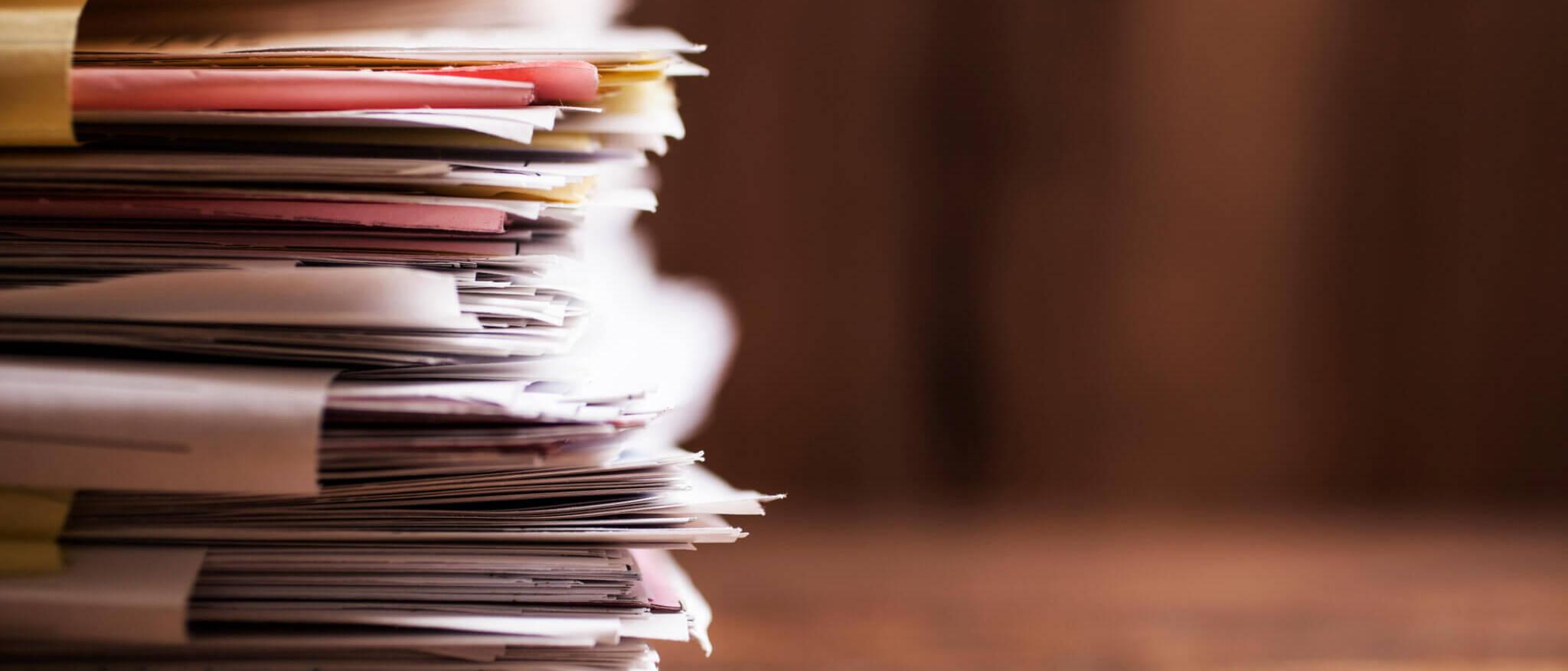 Une pile de dossiers sur un bureau