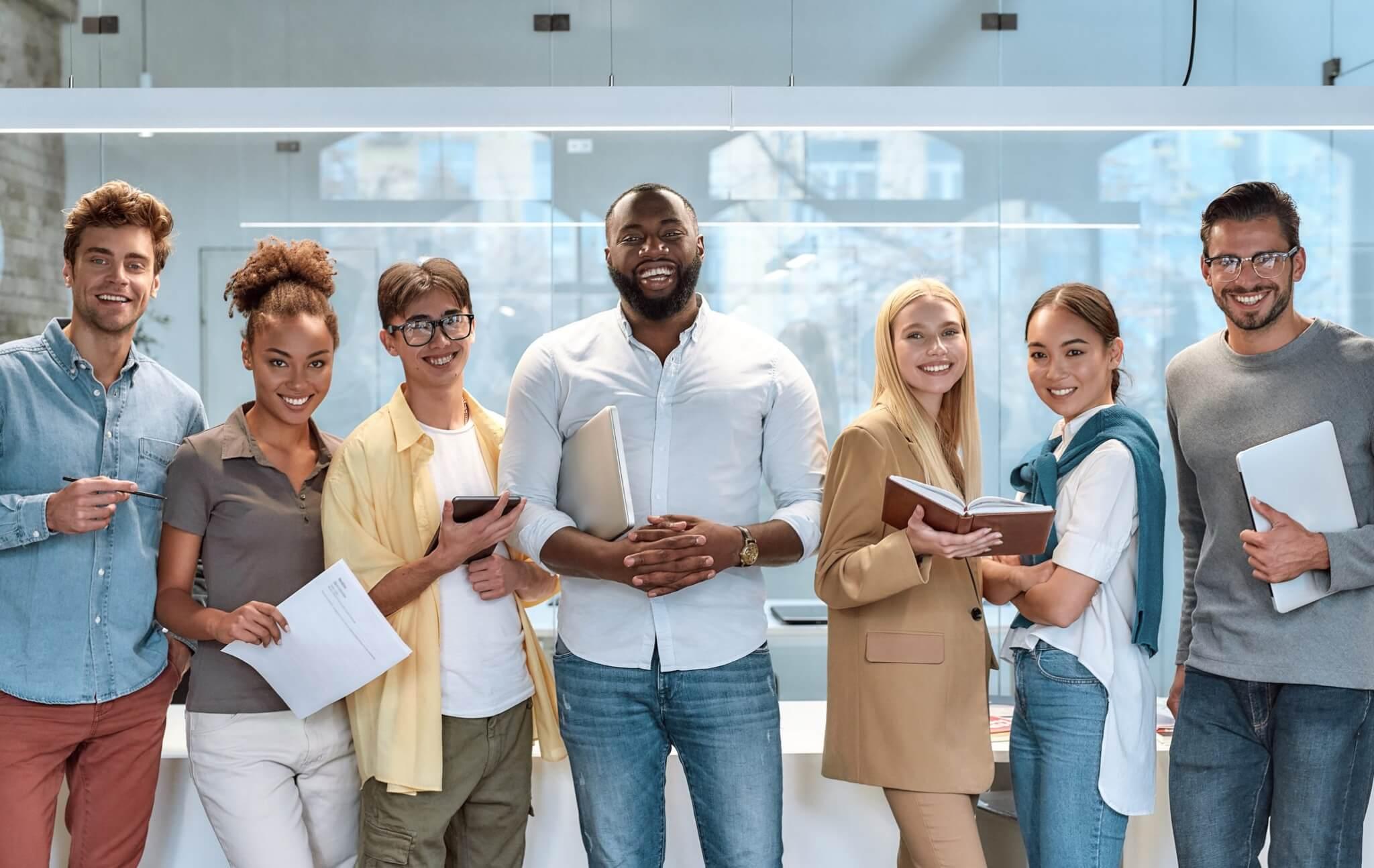 Collègues hommes et femmes rigolant au bureau