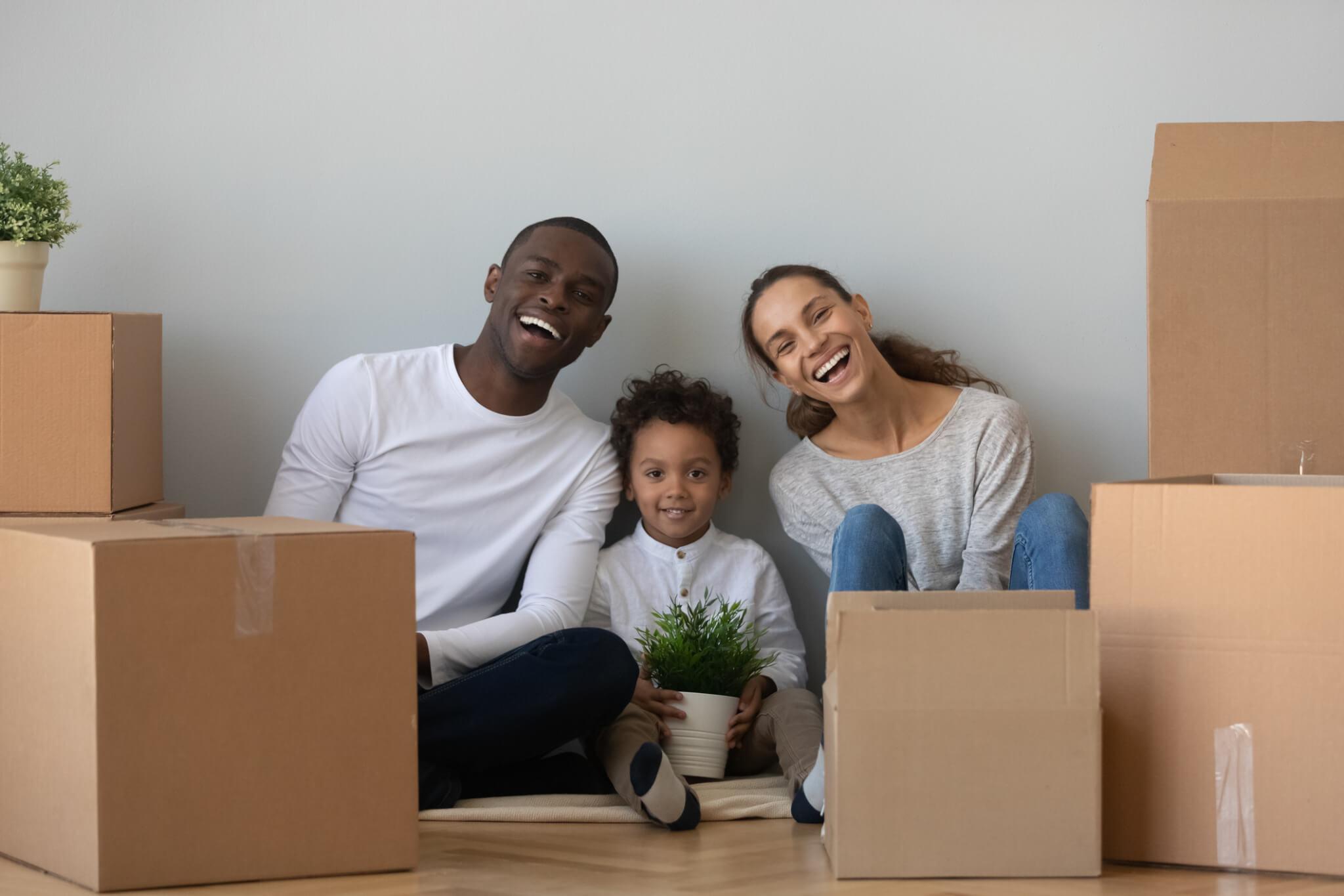 Famille entourée de cartons de déménagement