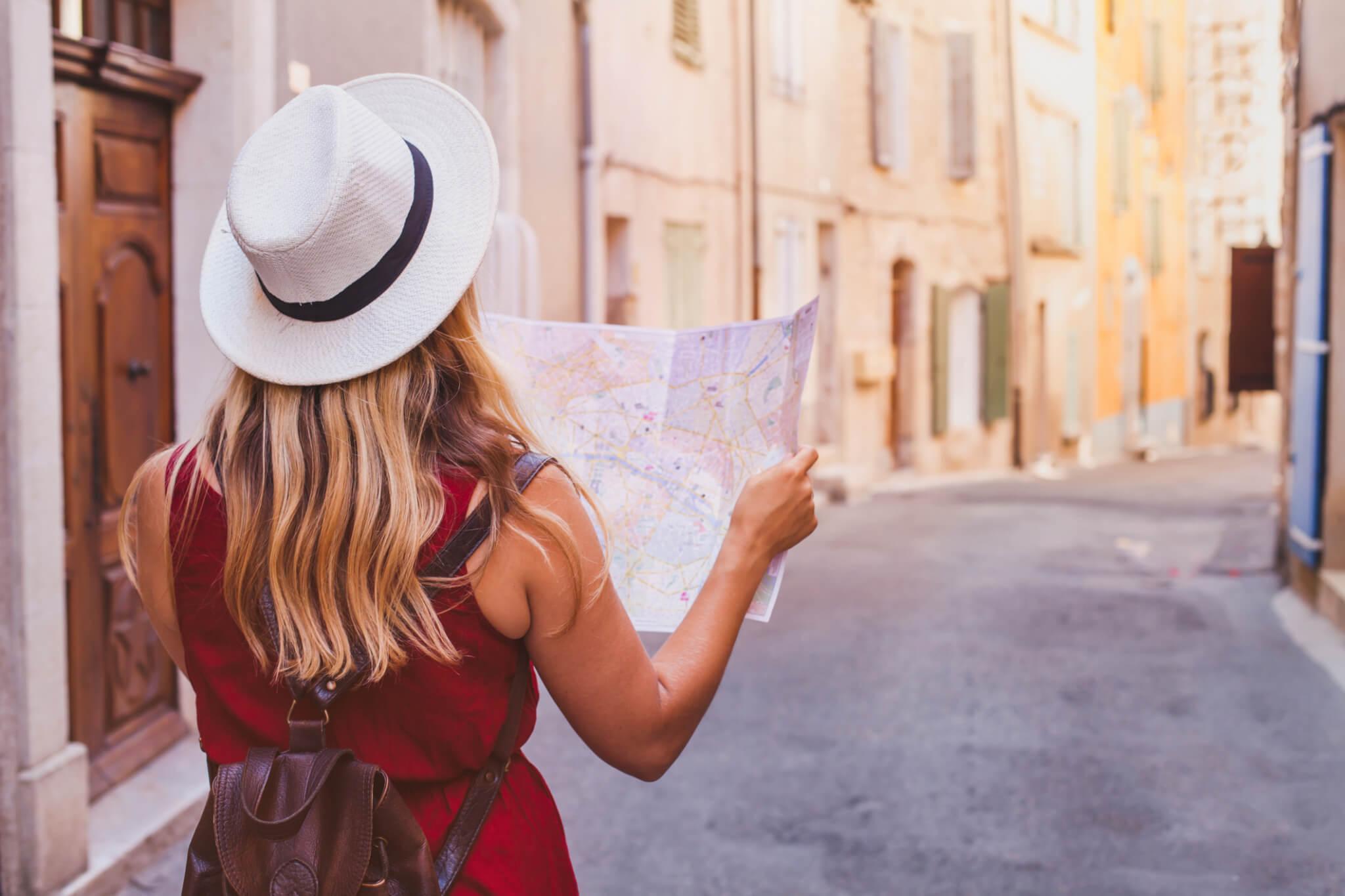 Femme en voyage tenant une carte