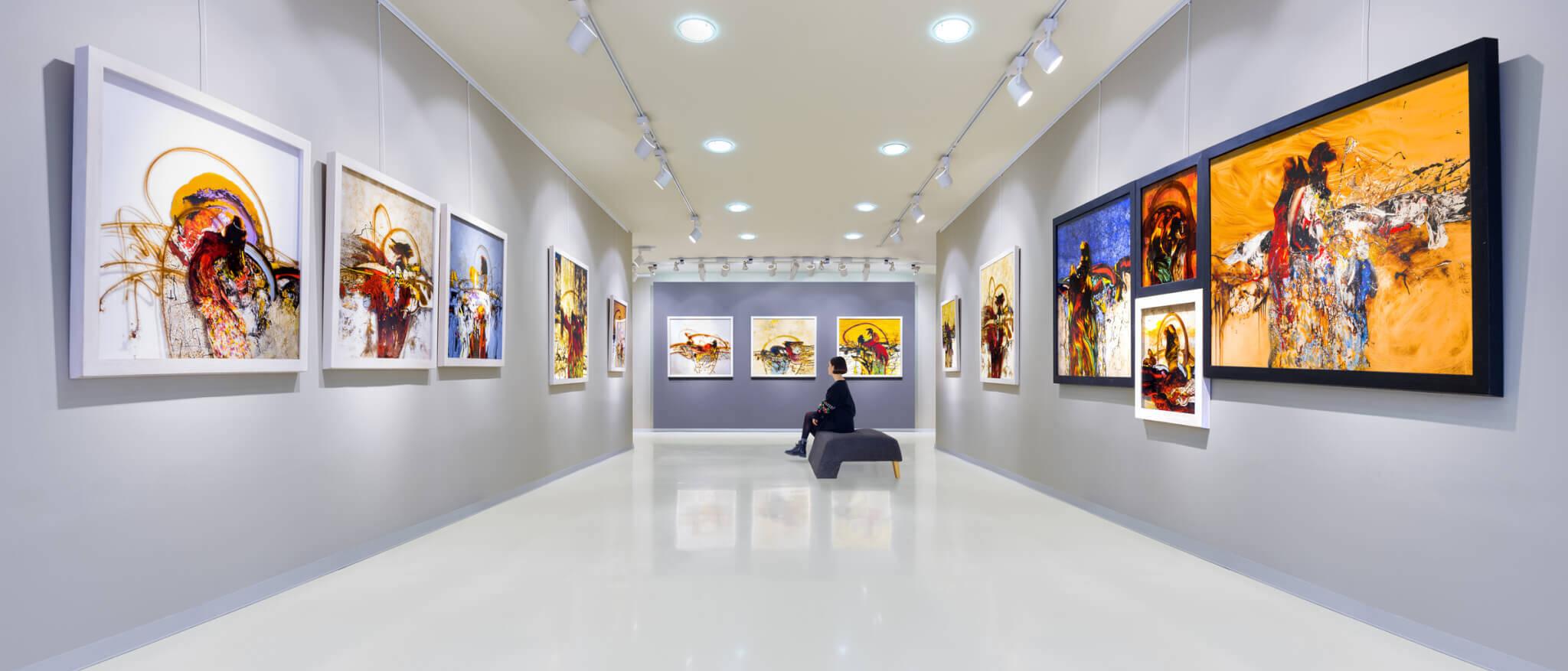 Tableaux dans une galerie d'art