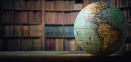 Globe terrestre dans une bibliothèque