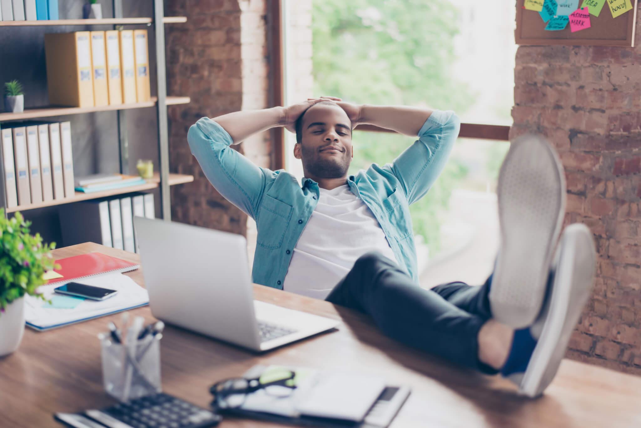 Homme heureux à son bureau