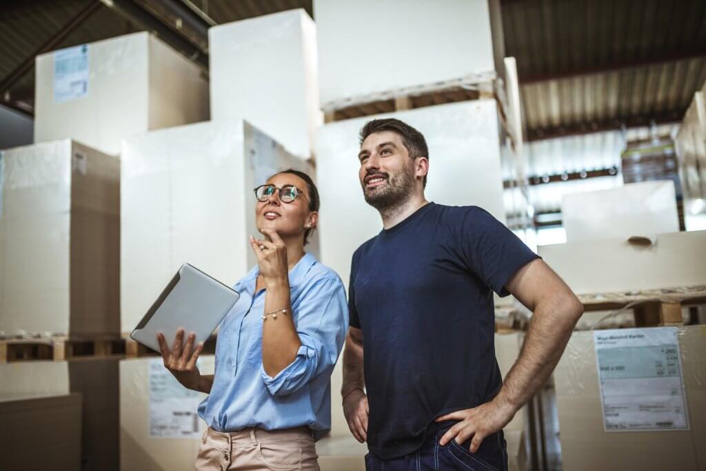 Homme et femme discutant dans un lieu de stockage