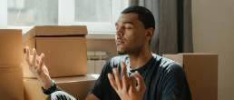 homme faisant ses cartons de déménagement