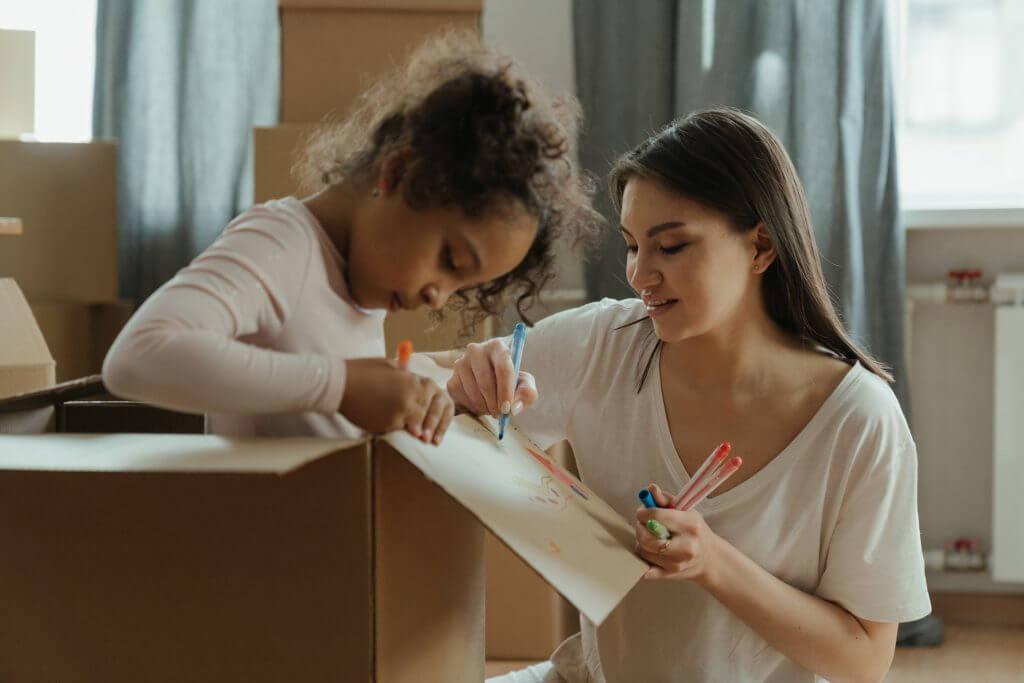 une femme et sa fille faisant des cartons de déménagement