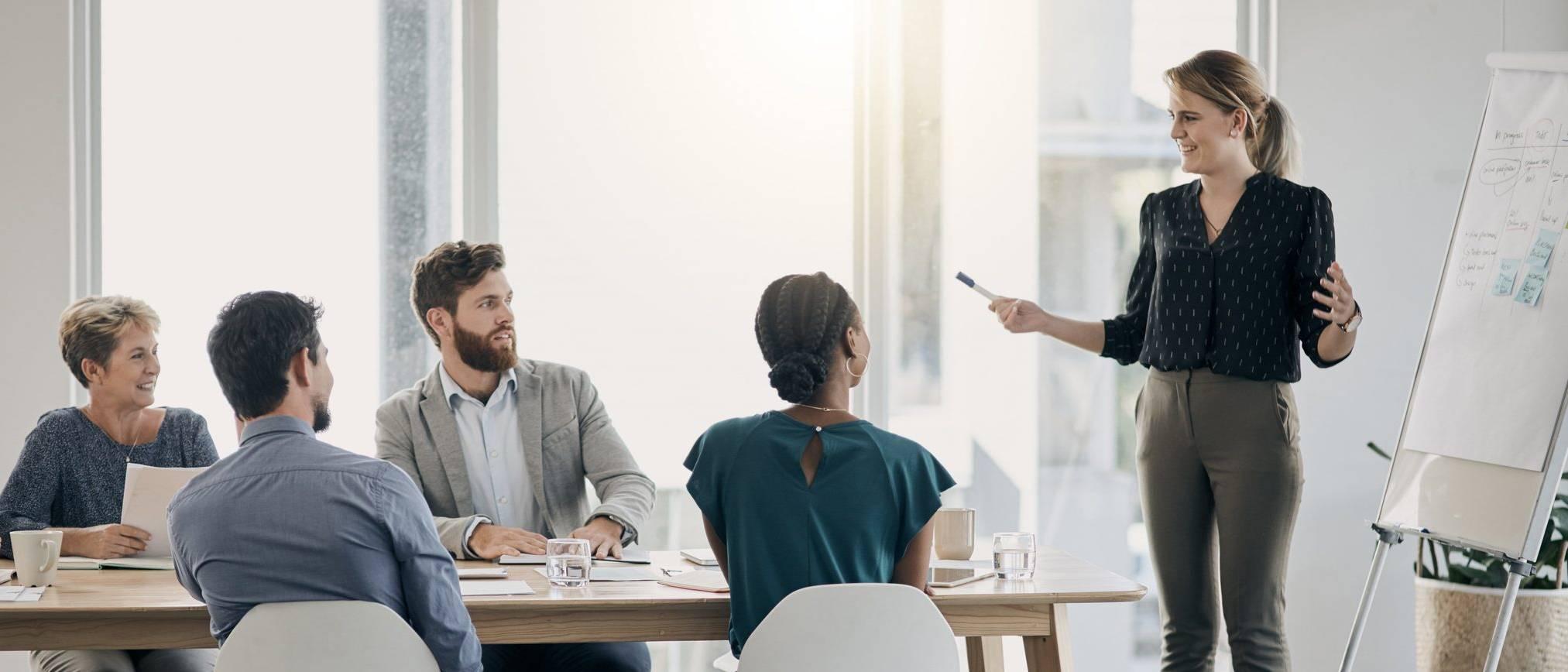 Femme donnant une formation à ses collègues