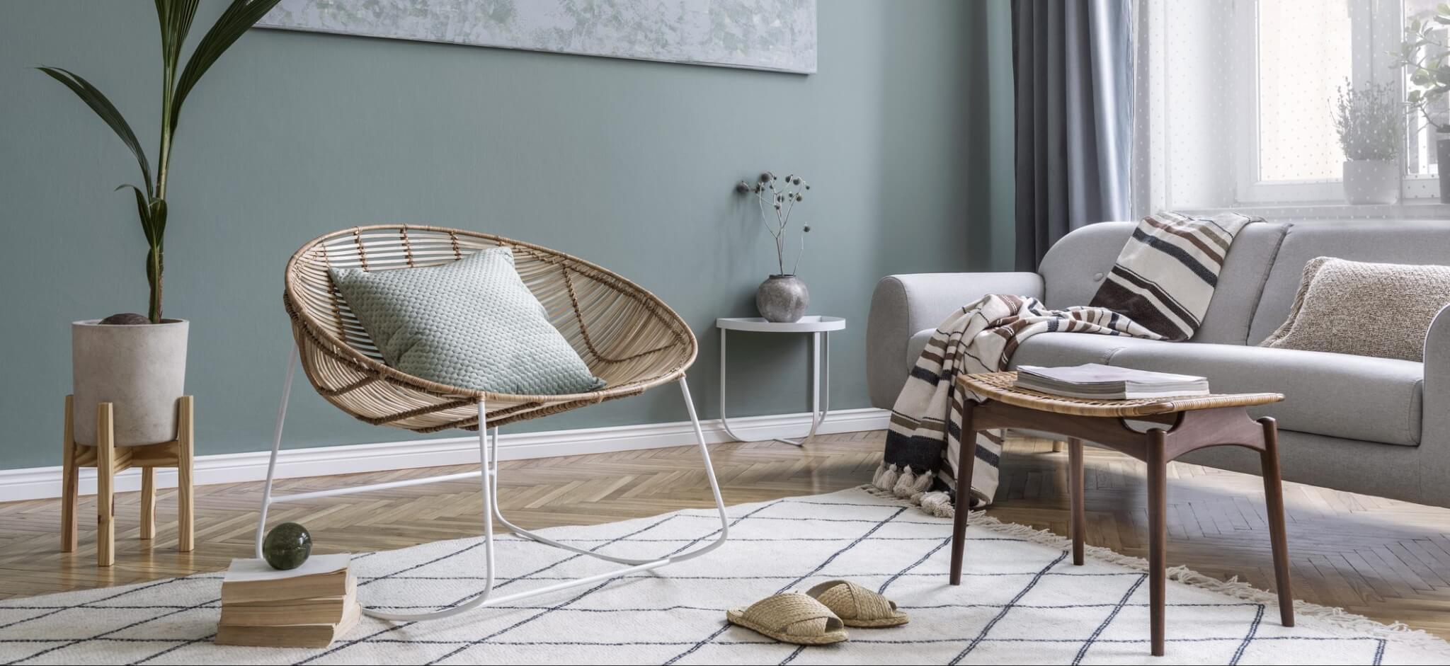 Salon vert sauge avec décoration