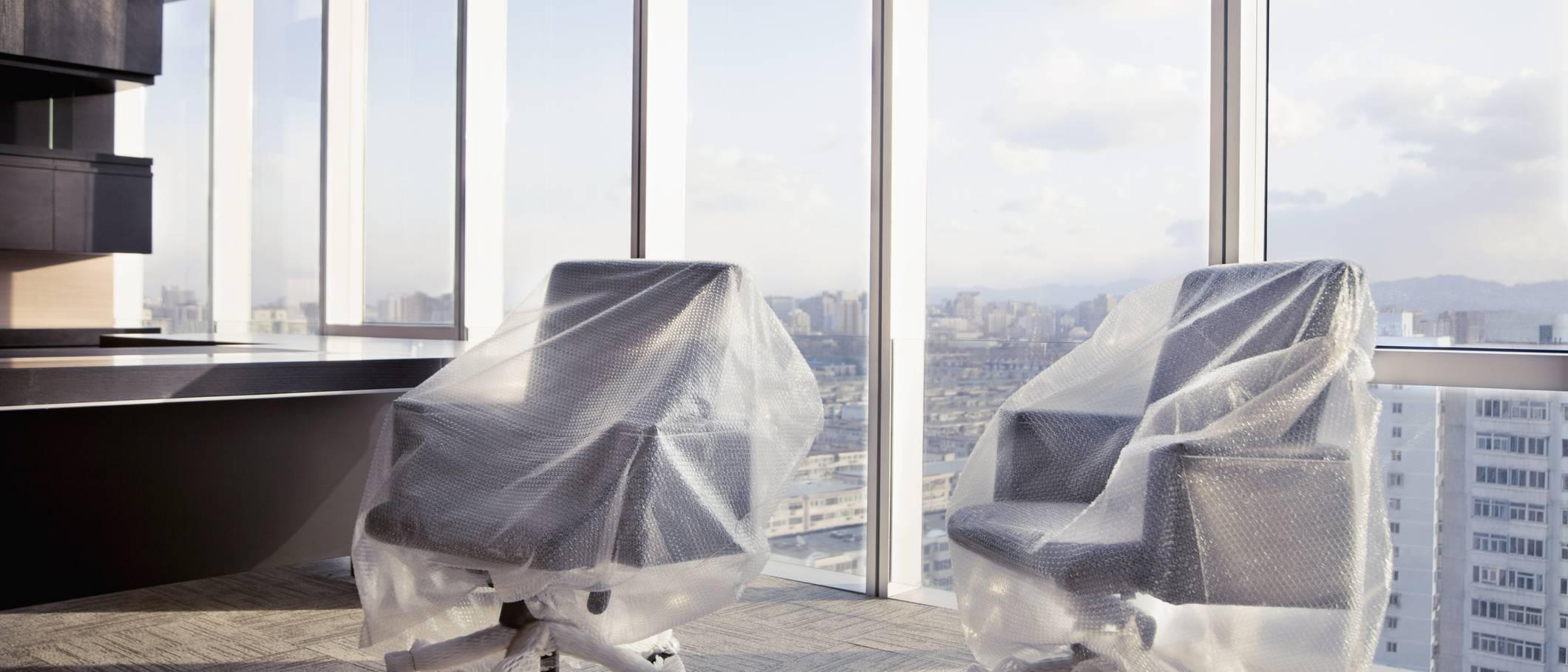 meubles emballés dans un bureau