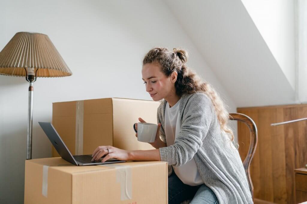 Femme se renseignant sur le déménagement