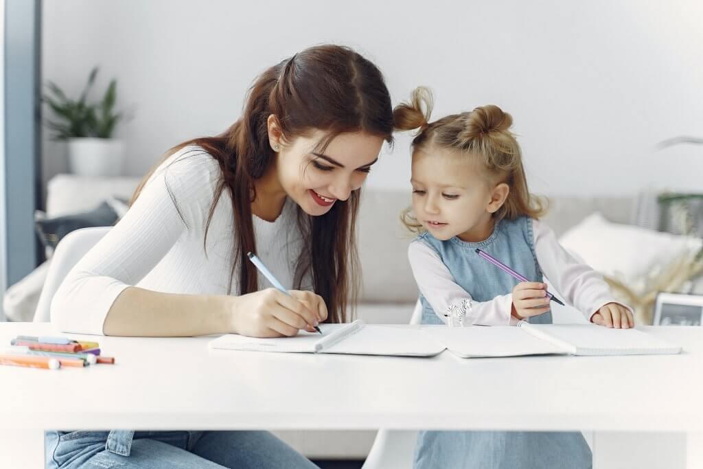 une maman et sa fille devant les devoirs d'école