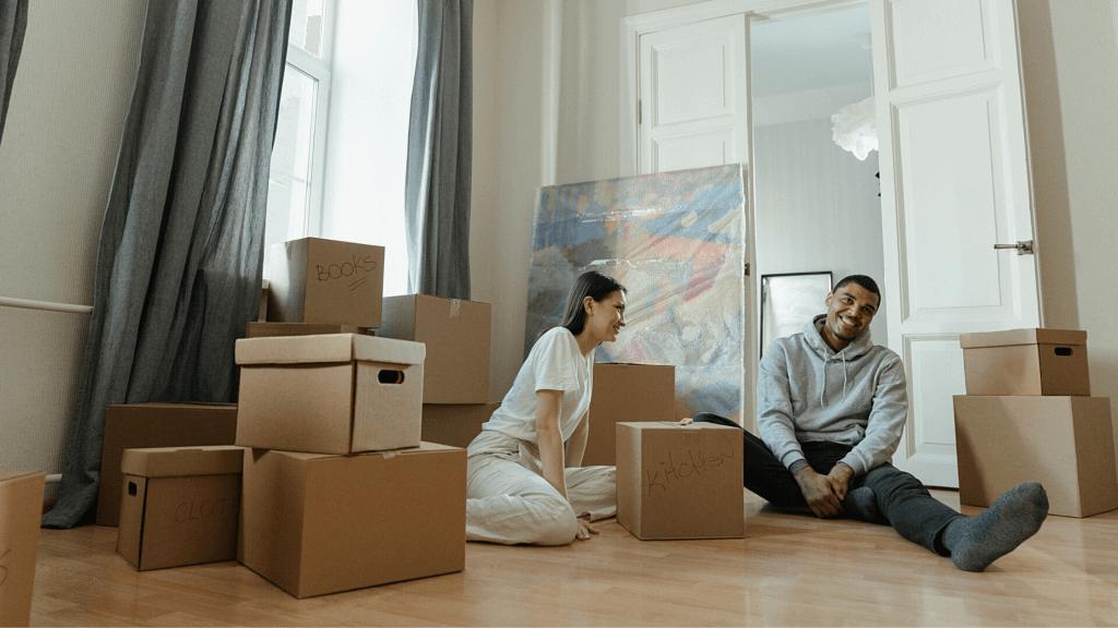 un couple qui déménage dans un nouveau logement