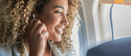 femme en avion qui déménage