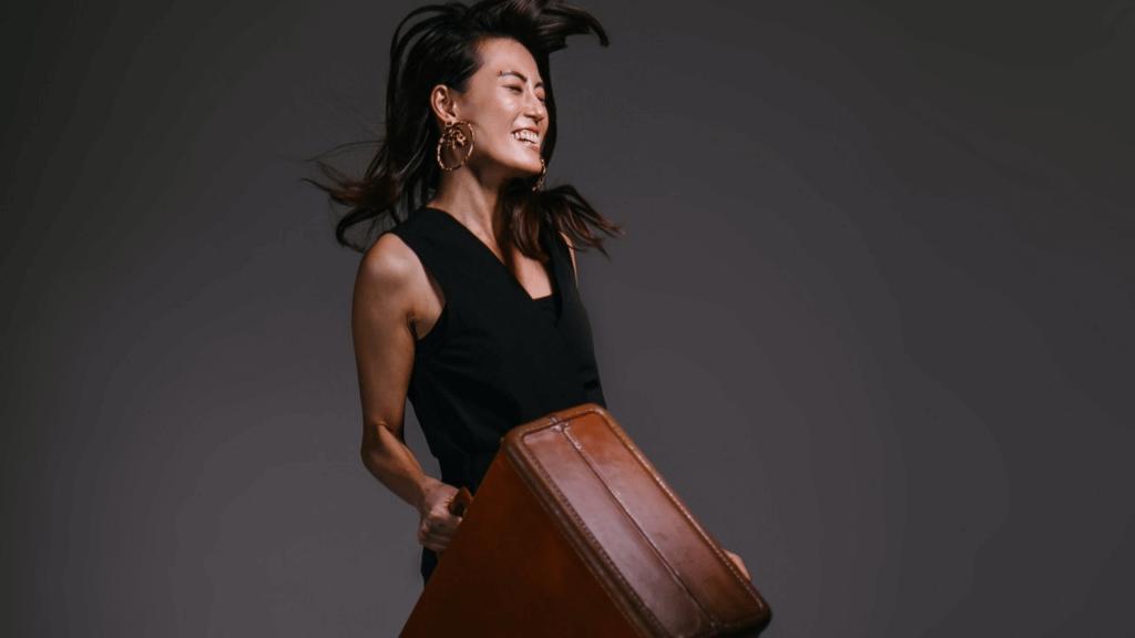 femme avec une valise qui rentre d'expatriation