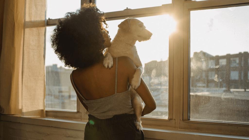 femme avec son chien qui rentre d'expatriation